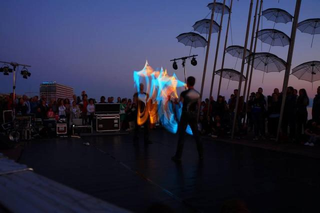 Light juggling/ paralia_zo το καλοκαίρι/ Δήμος Τατσίδης
