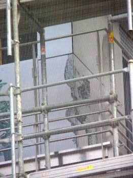 Premiers éléments des gardes-corps avec vitres sérigraphiées, bâtiment C, parc 17
