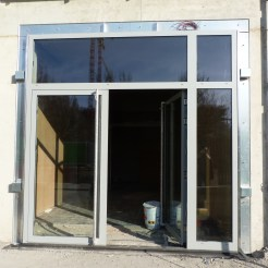 Entrée du bâtiment C : porte extérieure