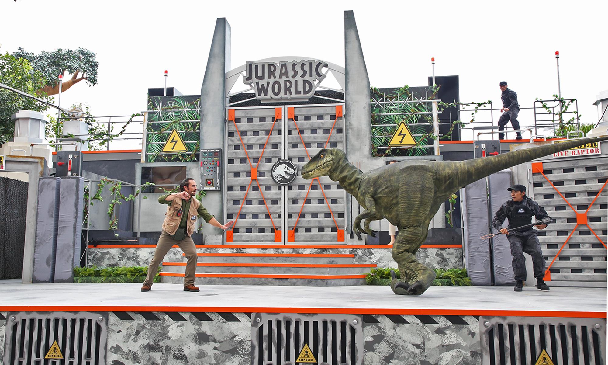 USS - Jurassic World Explore & Roar - Show feat Velociraptor