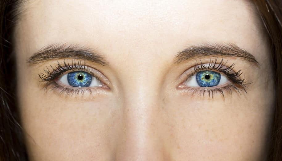 regard bleu brillant