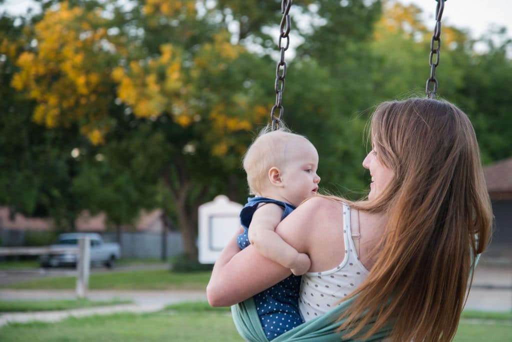 maman bébé portage balancoire