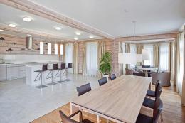 Cовременная столовая в деревянном доме