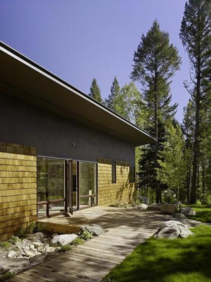 Деревянный дом с обширным остеклением
