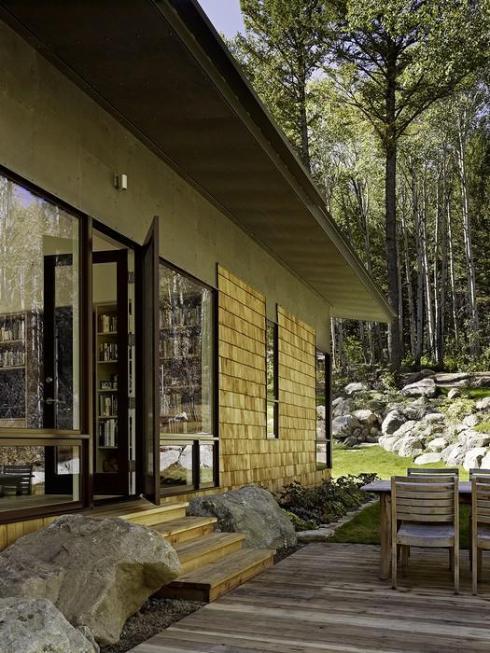 Дизайн дома из дерева и камня с большими окнами