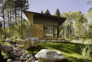 Дом из дерева и камня с большими окнами