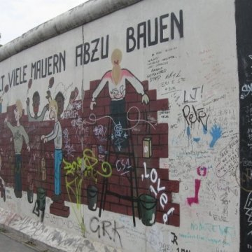 Berlin_Wall_people_graffiti_mural