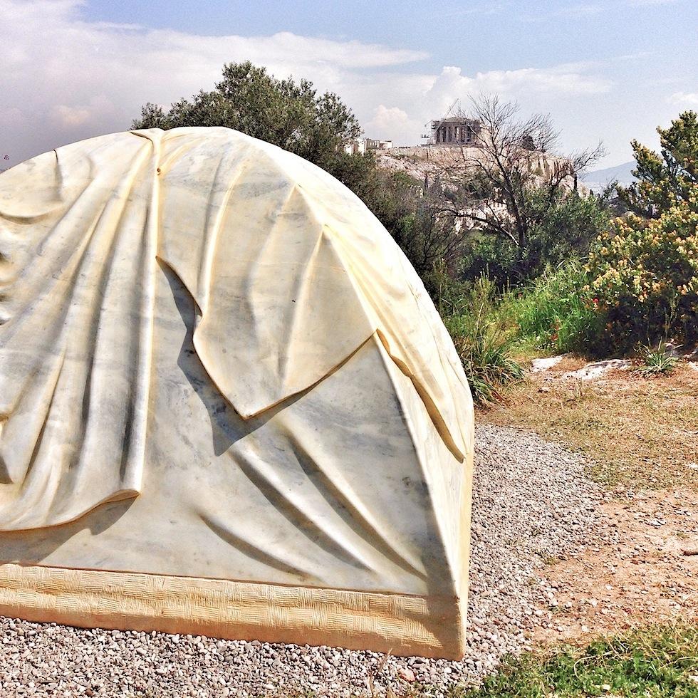 Zeltskulptur von Rebecca Belmores auf dem Filoppou-Hügel in Athen