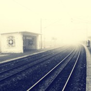 Myst... Gare dans la brume matinale... Bonjour ! Καλημέρα ! Good morning ! God morgen/morgon ! Buenos dias ! Buongiorno ! 😘 by Christine Nguyen blackandwhite, brume, francilien, gare, igersfrance, igersparis, igersvaldoise, iphoneonly, ligneh, mist, myst, passengers, snapseed, transportsurbains,