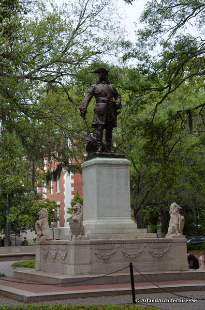Chippewa Square with a statue of Oglethorpe