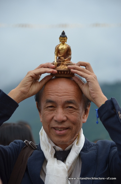 The chinese guests were given these small Buddhas blessed by the Abbot. Placing them on their head is a sign of reverence