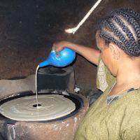 """Pão """"injera"""", típico da Etiópia, sendo preparado"""