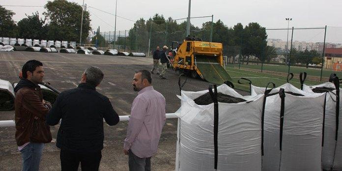 Sagredo y Mora durante su visita a las obras de sustitución del césped