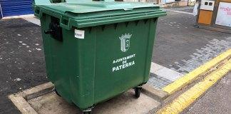 Imagen de un contenedor inaccesible para personas con movilidad reducida