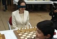 Mariya Muzychuk jugando con los ojos vendados
