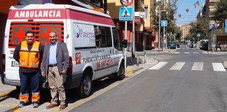 El concejal Julio Fernández junto a la ambulancia 24 horas.