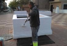 Operario de Gespa eliminando grafitis