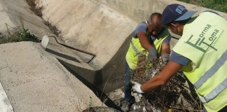 Una operarios realizando labores de limpieza del alcantarillado