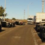 Imagen de contenedores y plataformas en una calle de Fuente del Jarro