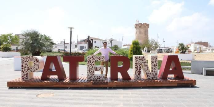 Sagredo junto a las nuevas letras ubicadas en la explanada de la Torre