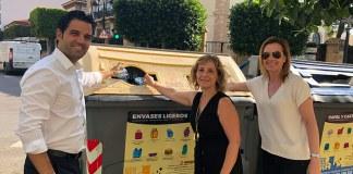 Sagredo, Navarro y Campos junto a un contenedor de reciclaje