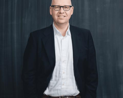 Jochen Siegert bringt 15 Jahre Erfahrung im FinTech-Bereich mit und verantwortet die Bereiche Unternehmens- und Produktstrategie sowie PR bei Savedo. Er leitete zuletzt als Geschäftsführer die Monetarisierungs-Gesellschaft von Bigpoint, einem führenden Anbieter von Onlinespielen mit weltweit über 350 Millionen Kunden. Davor begleitete er als einer der ersten PayPal-Mitarbeiter der Europa-Zentrale für 5 Jahre die Entwicklung von PayPal zum ePayment-Marktführer, zuletzt als Direktor für die Strategie- und Unternehmensentwicklung. Zuvor leitete Jochen Siegert das Produkt- und Partnermanagement der KarstadtQuelle Bank, dem damals größten Herausgeber von MasterCard Kreditkarten in Deutschland. Seine Karriere startete er, nach dem Studium der Wirtschaftswissenschaften an der Goethe-Universität Frankfurt/Main, als Produktmanager bei EUROCARD Deutschland und wechselte anschließend zu MasterCard.