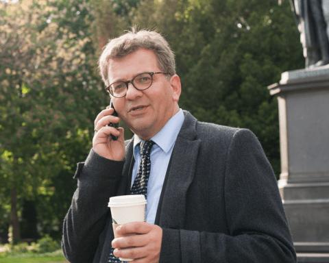 Dirk Elsner berät für die Innovecs GmbH Banken und Unternehmen in verschiedensten Projekt- und Veränderungsthemen. Er schreibt für die deutsche Ausgabe des Wall Street Journal die Kolumne Bankenwandler und betreibt seit über sechs Jahren privat das Wirtschaftsblog Blick Log.