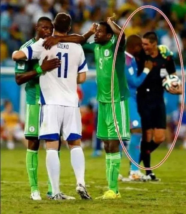BqwAXPwIYAAwGIt Dodgy! Ref Peter OLeary pictured bantering with Nigeria keeper Vincent Enyeama after Bosnia game