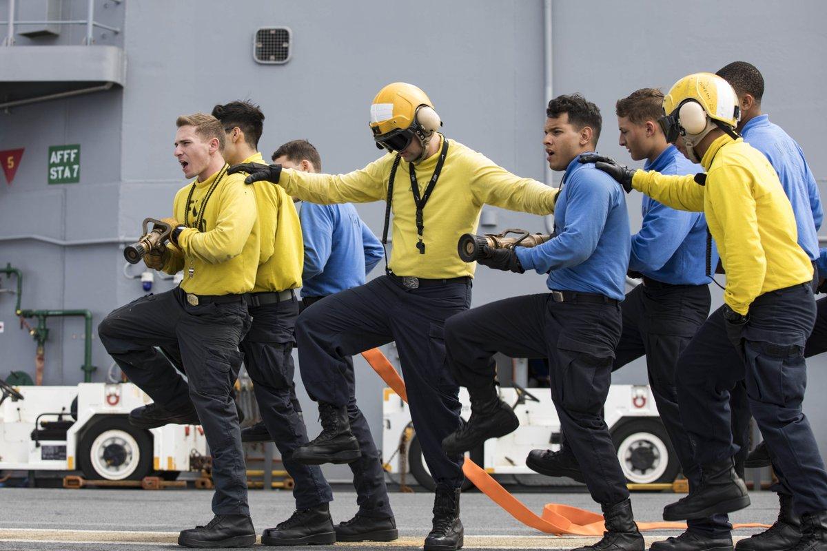 test ツイッターメディア - 忘年会に向けてラインダンスの練習をする海軍兵たち・・・ではありません。強襲揚陸艦キアサージで行われた被害対策訓練で、消火ホースの扱いの練習をしているところ。キアサージはカリブ海でハリケーン・マリアにより被害を受けた地域の支援活動中。 https://t.co/RVXHUXf07y https://t.co/uxAIb1iybg