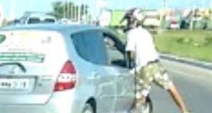 Vítima de tentativa de assalto reage e joga carro em cima de bandido em João Pessoa