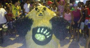 Urso campeão do carnaval 2015 de Rio Tinto (Urso Apólo na Ilha Encantada) foi a principal atração