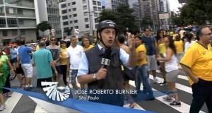 O jornalista José Roberto Burnier grava reportagem com capacete e colete na rua da Consolação, em SP.