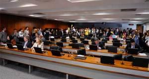 Projeto de lei agora será submetido à votação no plenário do Senado. Se aprovado, reajuste será escalonado, de julho de 2015 a dezembro de 2017.