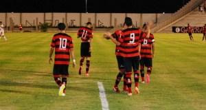 Autor de dois gols, Nando comemora com os companheiros de time (Foto: João Brandão Neto / GloboEsporte.com)