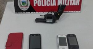 Arma e celulares apreendidos com adolescente que realizou vários assaltos em João Pessoa nesse domingo (24).