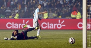 Di María marcou dois gols na goleada argentina sobre o Paraguai.