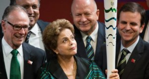 A presidenta Dilma Rousseff, entre o governador Luiz Fernando Pezão, o prefeito Eduardo Paes e representantes do Comitê Organizador Rio 2016 na solenidade de divulgação da tocha olímpicaMarcelo Camargo/Agência Brasil.