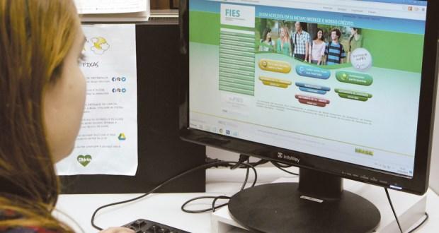 23.02.2015,Estudante fazendo consultas no Site do Sis FIES  - nacional - 05NA1428  -  TUNO VIEIRA