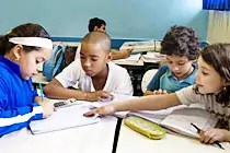 Grupo de crianças discute sobre os números. Foto: Kriz Knack