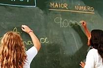 Alunas comparam valores e escrevem números na lousa. Foto: Gustavo Lourencao