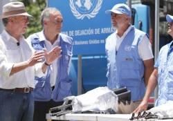 El Presidente Juan Manuel Santos conversa con los representantes de la ONU, momentos antes de cerrar el último contenedor de armas de las Farc que sale de las zonas veredales para su destrucción, un evento histórico para el país.