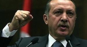 Turquía: Erdogan cierra medios de comunicación críticos
