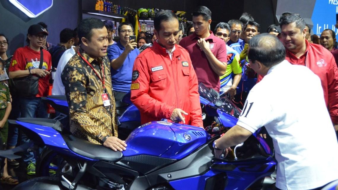 Jepretan Foto Saat RI1 Kepincut Yamaha R1 di Booth Yamaha IMOS 2018