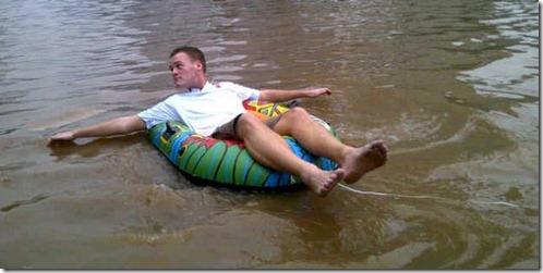 bule renang saat banjir