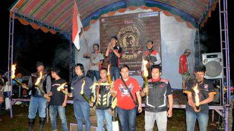 Puncak seremoni 2nd Anniversary PSJJ diawali dengan menyanyikan lagu Indonesia Raya dan pembacaan Ikrar Honda Bikers yang dipimpin oleh Fendy Wijaya, Ketua Umum Paguyuban StreetFire Jateng-Jogja (tengah).