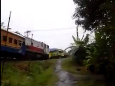 Video Amatir Kereta Api Pasundan 179 Tabrak Truk Mogok di Cilacap, Seram pertamax7.com