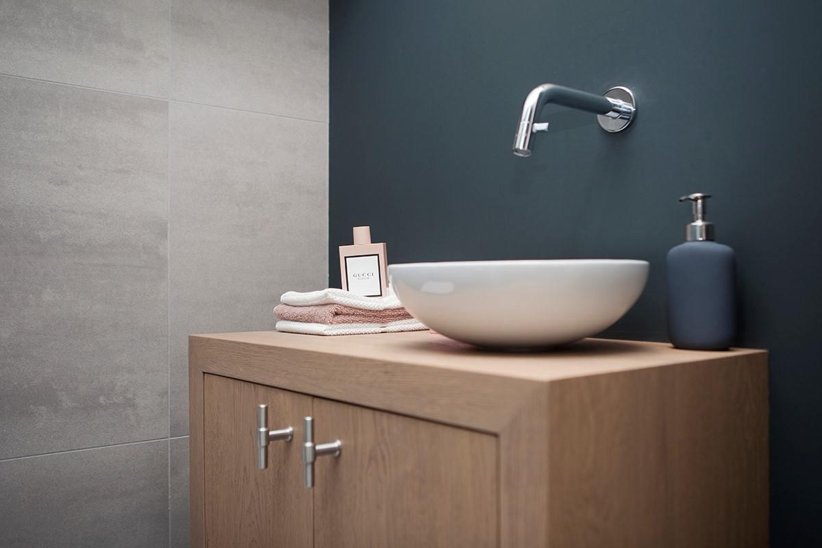 Teakhouten badkamermeubel met hardstenen wasbak dit meubel is