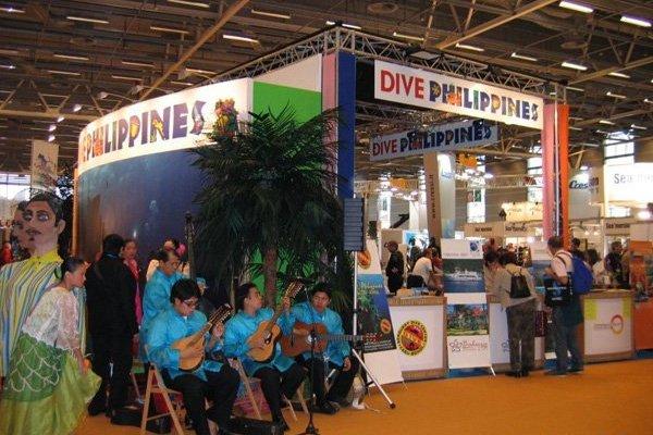 """Animation musicale devant le stand """"Dive Philippines"""" au salon de la plongée 2008 à Paris."""