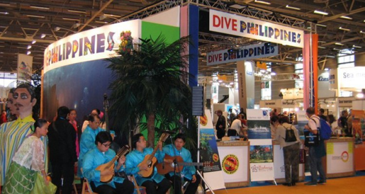 "Animation musicale devant le stand ""Dive Philippines"" au salon de la plongée 2008 à Paris."