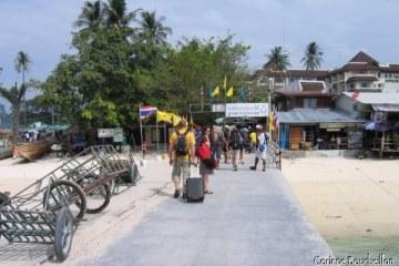 Le ponton de Koh Phi Phi, par où arrivent tous les voyageurs. Au bout, sous le panneau de bienvenue, les rabatteurs pour les hotels et guesthouses guettent...
